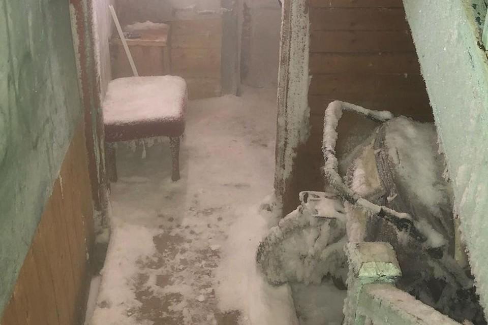 В Салехарде подъезд дома покрылся льдом. Фото: Инстаграм Алексея Титовского