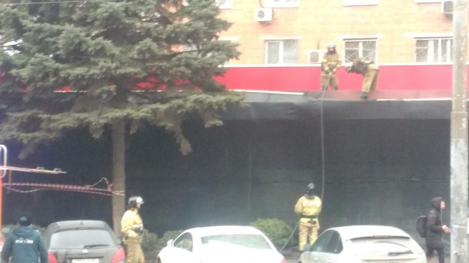 Пожарные проливают подозрительные участки. ФОТО: Сергей Сурженко