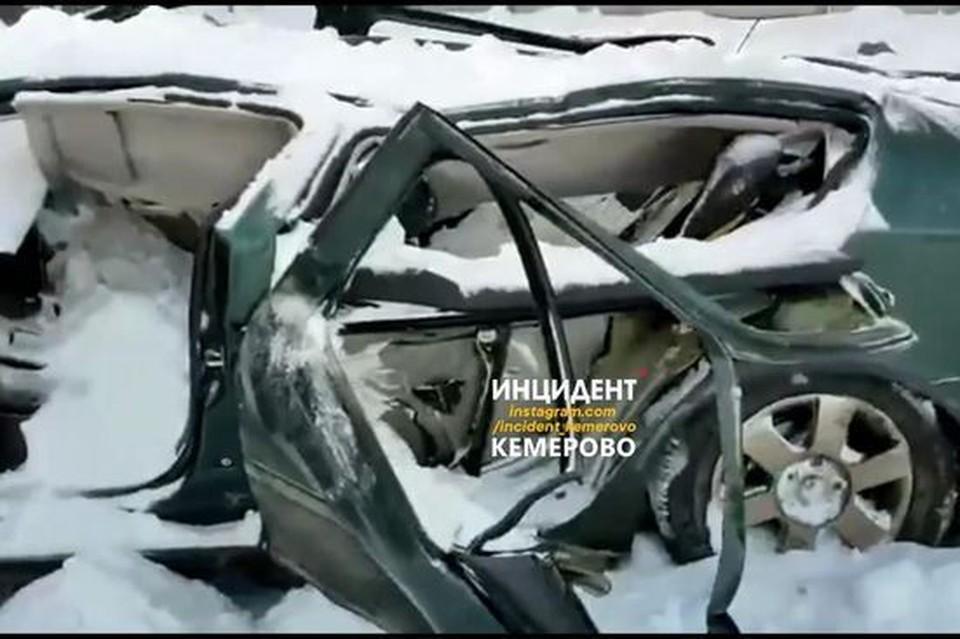 """Упавшая с крыши глыба снега раздавила автомобиль в Кемерове. Фото: """"Инцидент Кемерово""""/ vk.com"""
