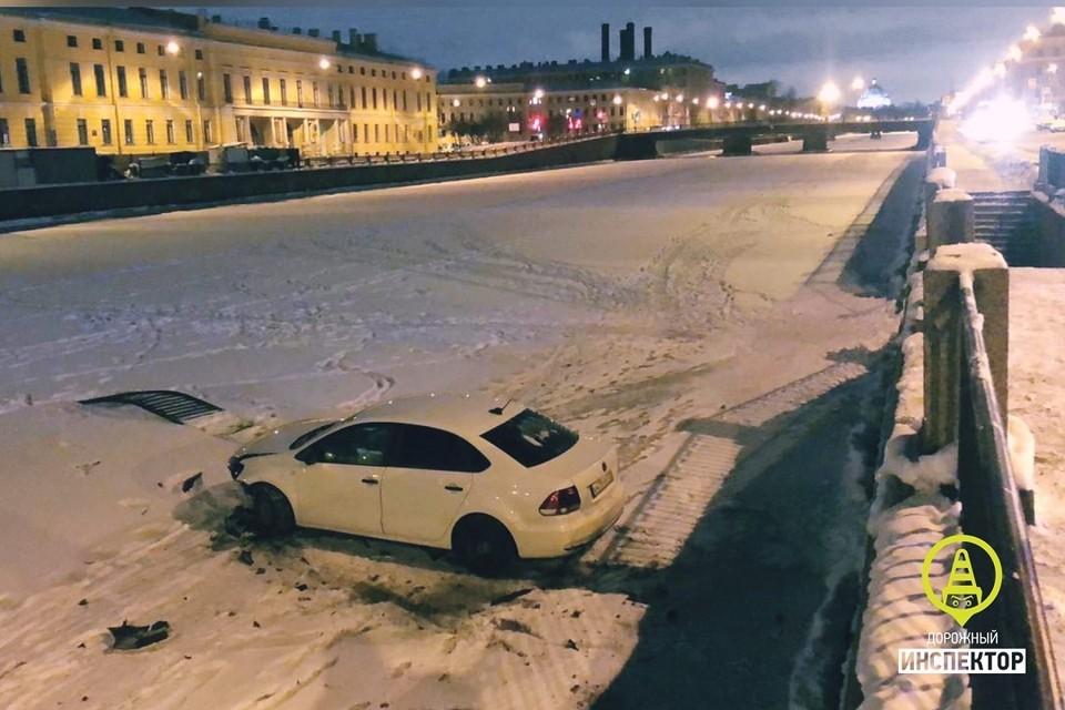 Вторая за два дня машина улетает в реку в Петербурге. Фото: vk.com/dorinspb