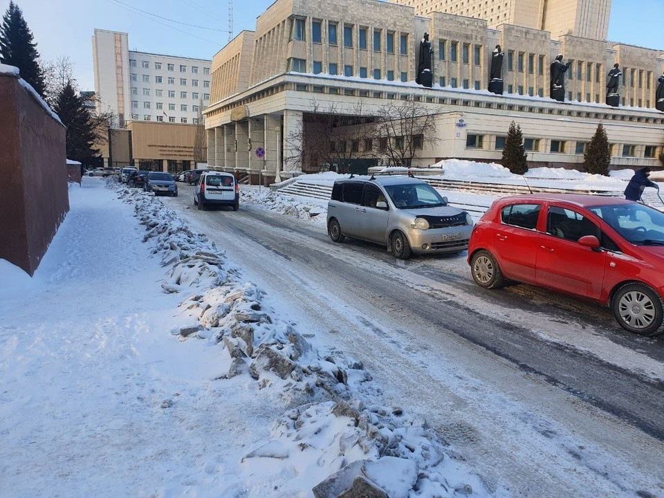 В последние недели в снегу утопали даже дороги рядом с центром, что уж говорить об улочках на окраине Омска