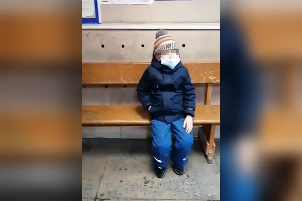 Мальчик ждал полтора часа и уснул на скамейке. Фото: Скриншот видео
