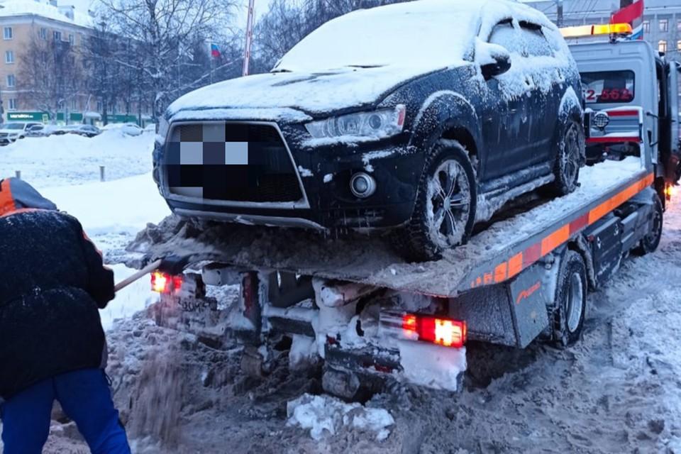 Приставы раскидали снег, чтобы эвакуатор смог забрать арестованную машину. Фото: пресс-служба УФССП по Кировской области
