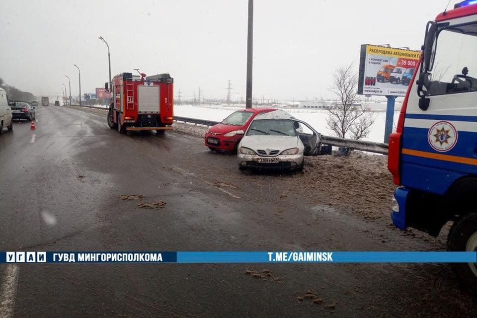 Один легковой автомобиль врезался в другой, припаркованный на обочине. Два человека оказались заблокированными. Фото: ГАИ.