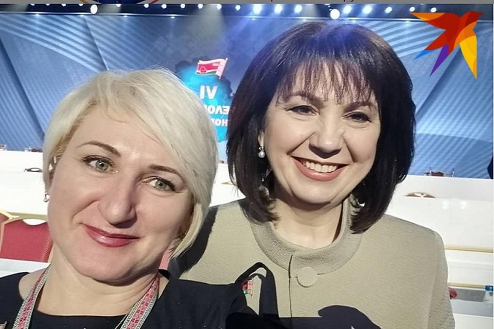 Делегату из Гродно повезло сделать селфи с улыбающейся Кочановой. Фото: соцсети.