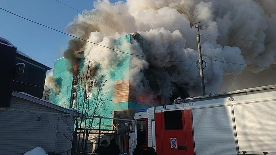 Дым от горящего здания виден за несколько километров от места происшествия. Фото: ГУ МЧС России по Омской области