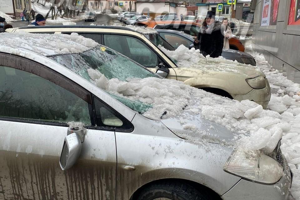 Снег сошел с крыши торгового центра на улице Давыдова во Владивостоке. Фото: instagram.com/dps.control