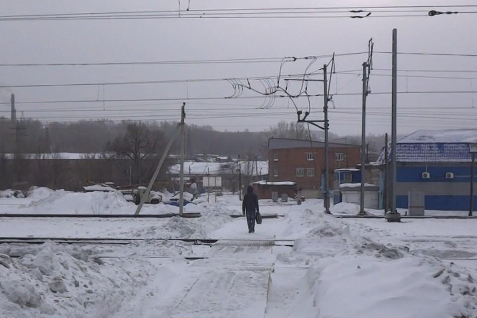 Тележка с вещами утащила мужчину под поезд в Кузбассе. Фото: Кузбасское ЛУ МВД