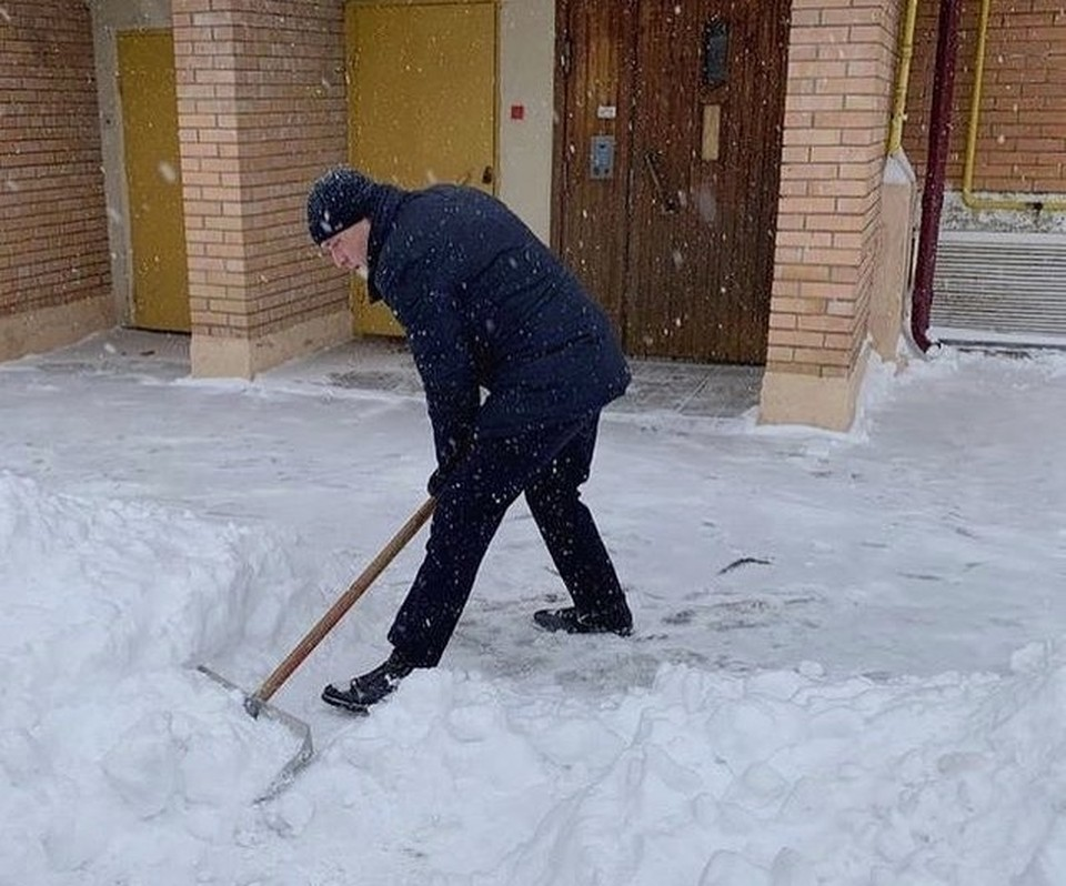 Погода заставила мэра взяться за лопату. Фото: instagram.com/parakhin_yuri