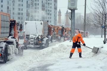 """Когда закончится """"снегопад десятилетия"""" в Москве: сугробы еще будут расти"""