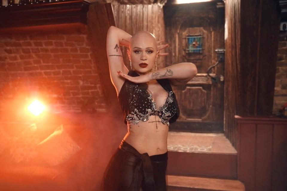 «Я победитель – кричу на весь мир!»: 30-летняя иркутянка, излечившаяся от рака, станцевала победный танец. Фото: скриншот с видео, предоставленного Кариной Поменчук