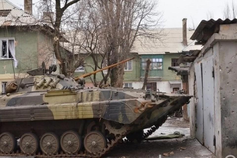 Украинские силовики оставляют бронетехнику даже под окнами жилых домов. Фото: Егор Пелепенко