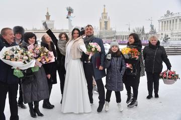 В белом платье и на коньках: как прошла первая свадьба на катке ВДНХ