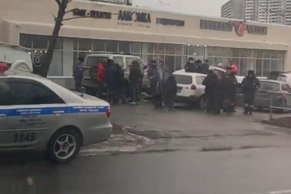 Во Владивостоке водитель избил двух подростков, решивших посидеть в чужой машине. Скриншот видео: instagram.com/dpskontrol125rus