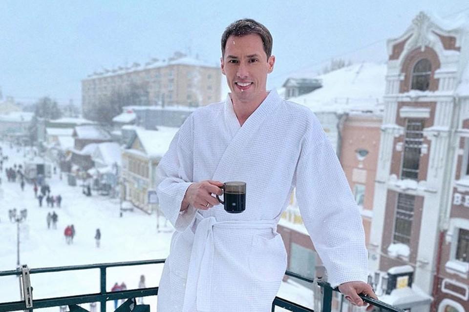 Актер Тимур Еремеев шокировал поклонников снимком с балкона нижегородской гостиницы.