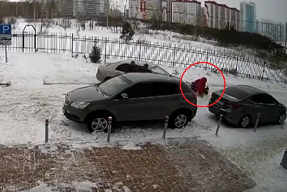 Видно, как к женщине подбежал прохожий, чтобы помочь. Фото:скрин видео.