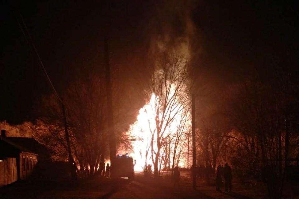 На месте происшествия работают сотрудники МЧС, полиции и других силовых структур. Фото: vk.com/lnr_org Читайте на WWW.DONETSK.KP.RU: https://www.donetsk.kp.ru/daily/27240/4368129/