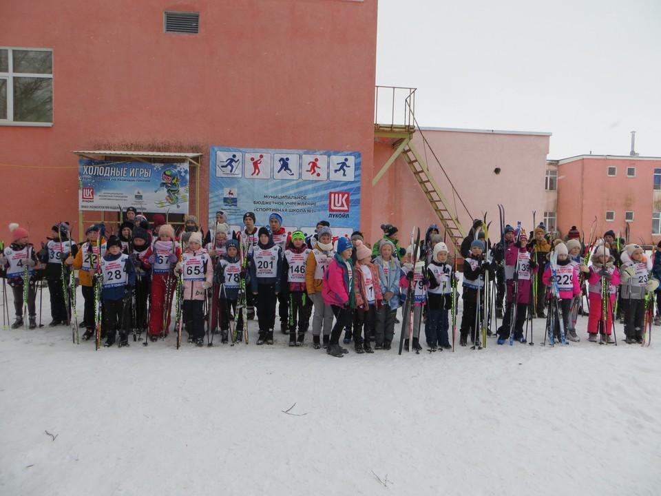 ЛУКОЙЛ поддержал лыжные соревнования для школьников.