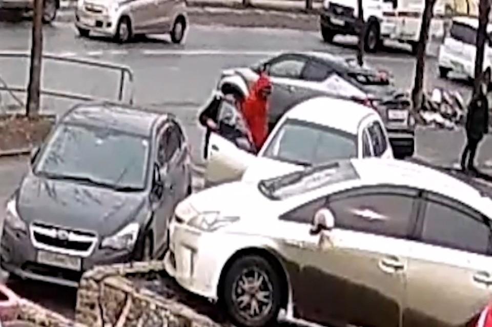 Во Владивостоке подростки отрыли чужую машину и собирались в нее залезть. Скриншот видео: YouTube NEWSBOX24.TV