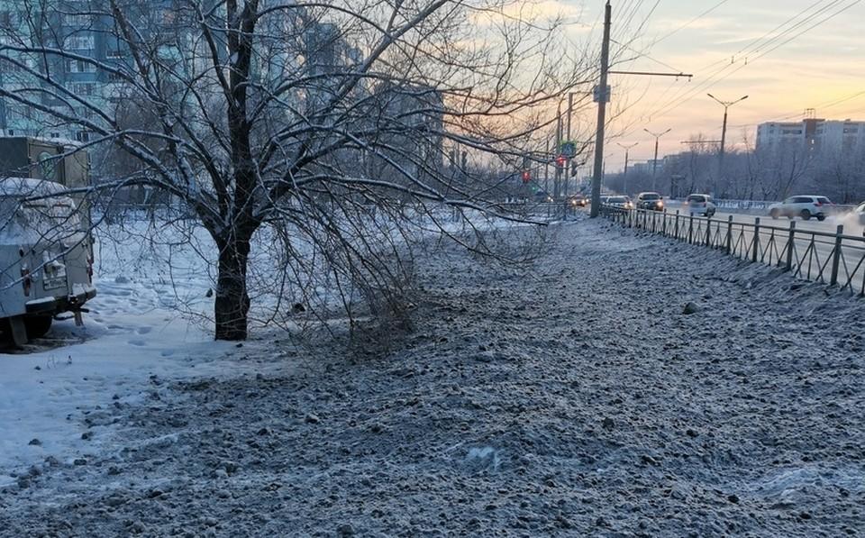 Омичи удивились появлению грязного снега на тротуаре.