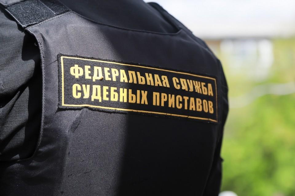В Красноярске мужчина пытался пронести в офис приставов ракетницу и наручники