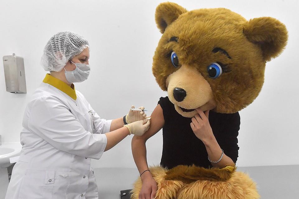 Аниматор одного из столичных торговых центров в кабинете для вакцинации.
