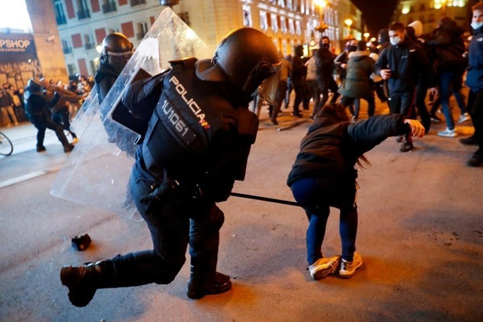 Акция протеста в центре Мадрида переросла в беспорядки и стычки с полицией