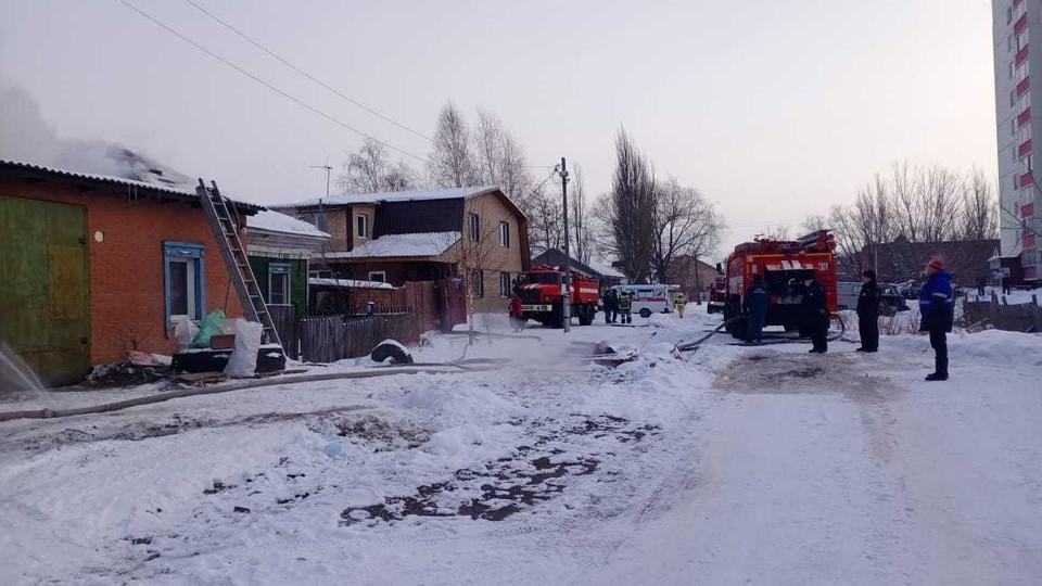 По непонятным причинам загорелась крыша частного дома. Фото: Пресс-служба ГУ МЧС по Омской области