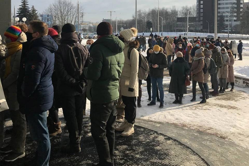 Очередь людей возле суда, пришедших поддержать Виктора Бабарико 17 февраля. Фото: Telegram