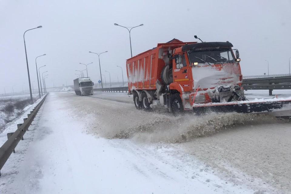"""Крымский мост занесло снегом. Фото: Упрдор """"Тамань"""""""