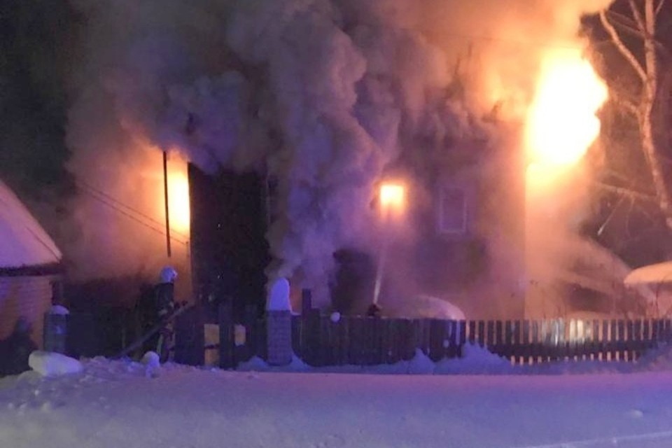 19 февраля в 00:46 в городе Кирове произошел пожар в деревянном 4-х квартирном жилом доме, расположенном по адресу ул. Бородулина, 38. Фото: 43.mchs.gov.ru