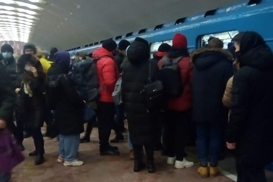 Из-за непогода новосибирцы столпились в метро. Фото: читательница КП-Новосибирск