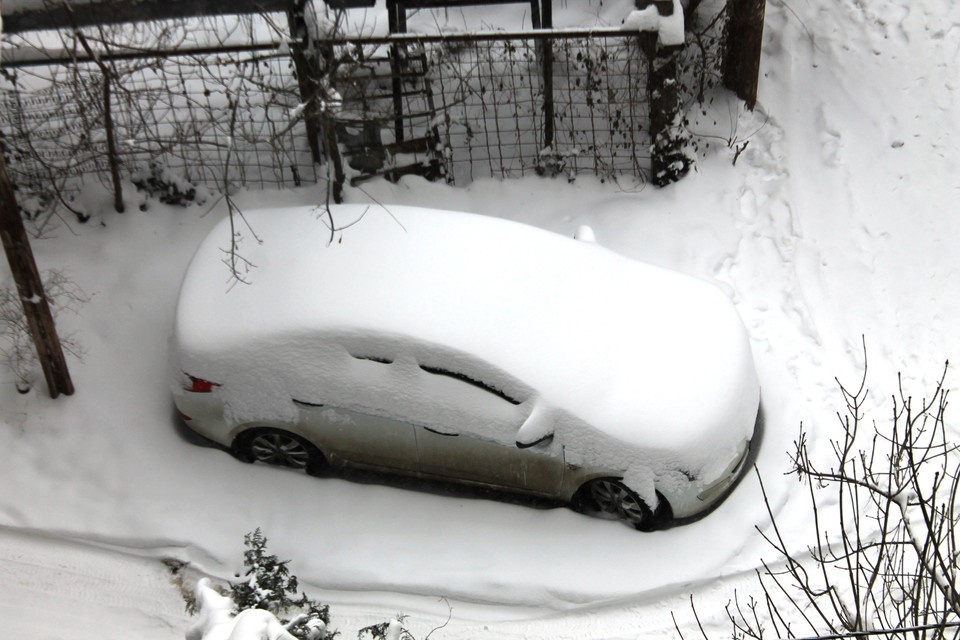 Машины во дворах кубанцев исчезли под огромным слоем снега.