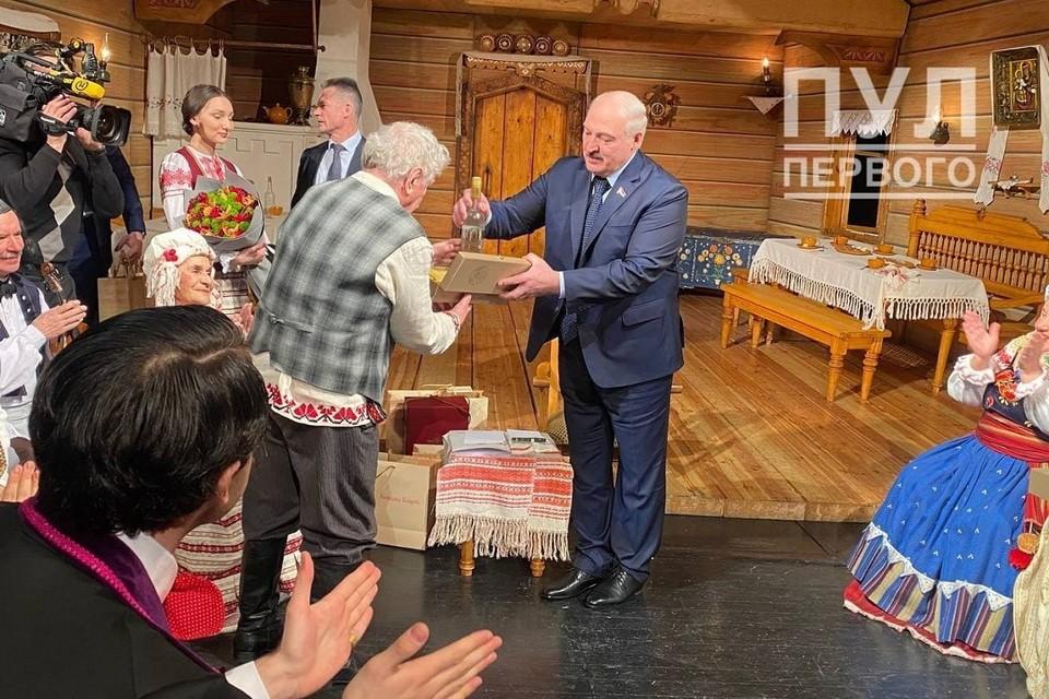 """Лукашенко подарил купаловцам после спектакля подарки. Фото: """"Пул Первого""""."""