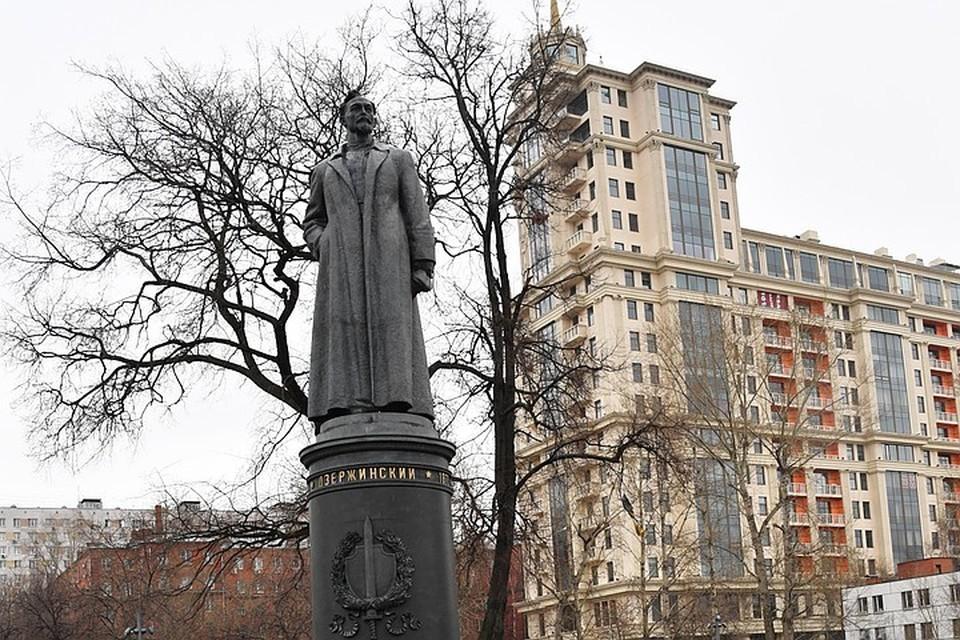 С просьбой вернуть памятник Дзержинскому на Лубянскую площадь выступили известные писатели и блогеры.