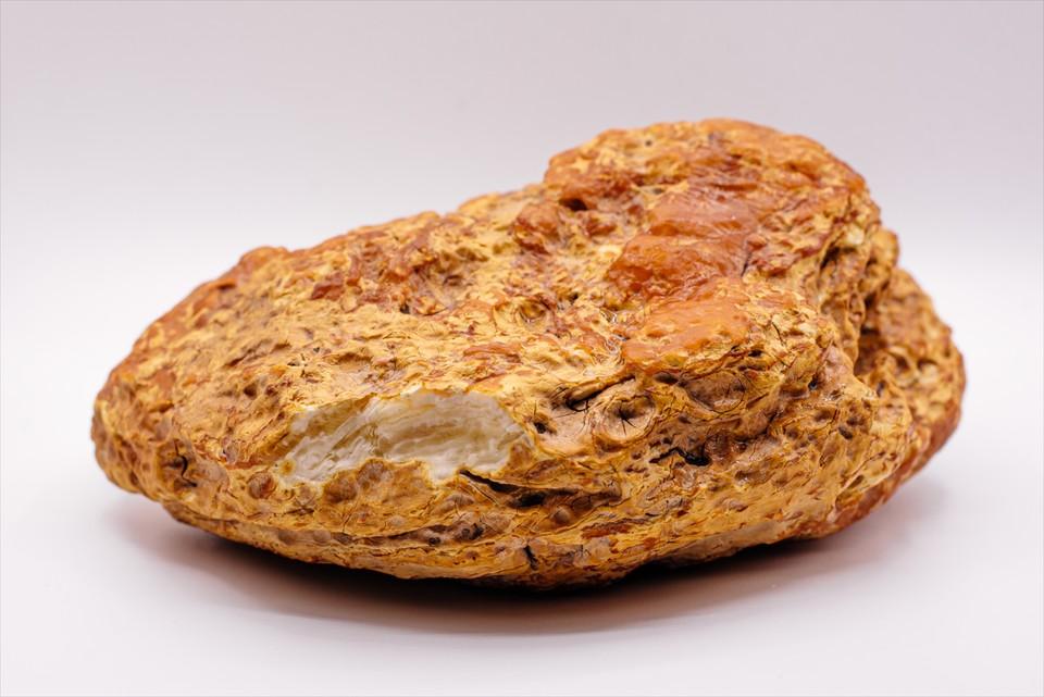 Вес камня составляет без малого 2 кг.