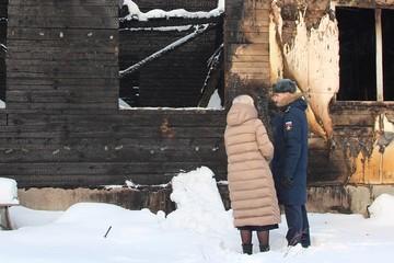 На Урале военный спас из пожара семью с двумя детьми