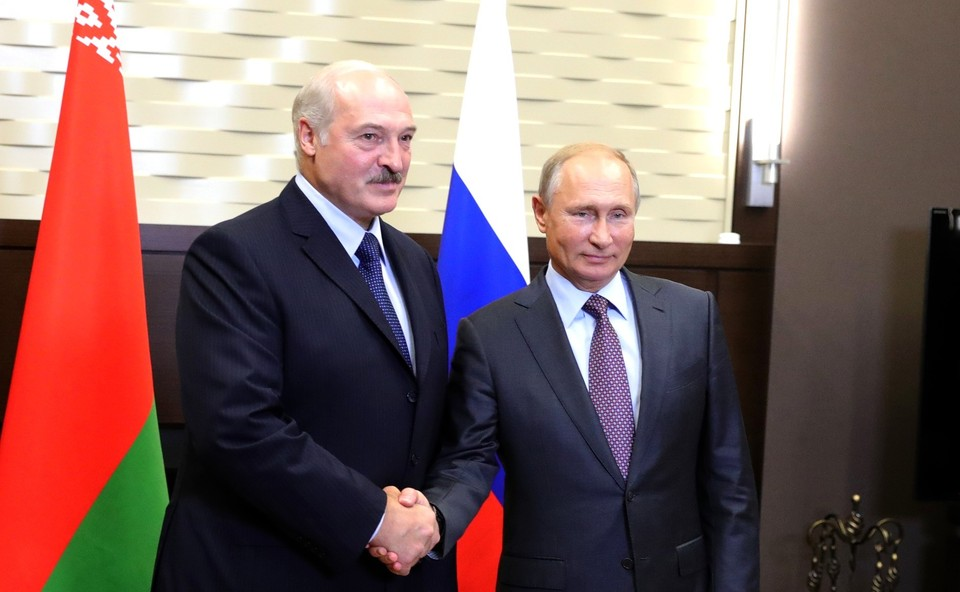 Лукашенко поблагодарил Путина за помощь белорусской экономике.