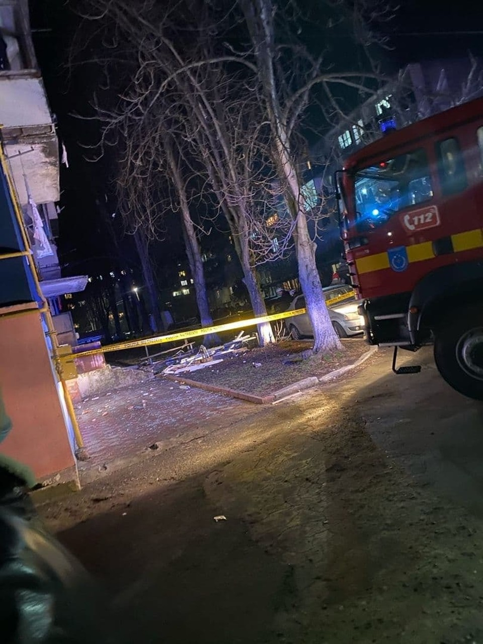 На месте ЧП работают четыре пожарных расчета.