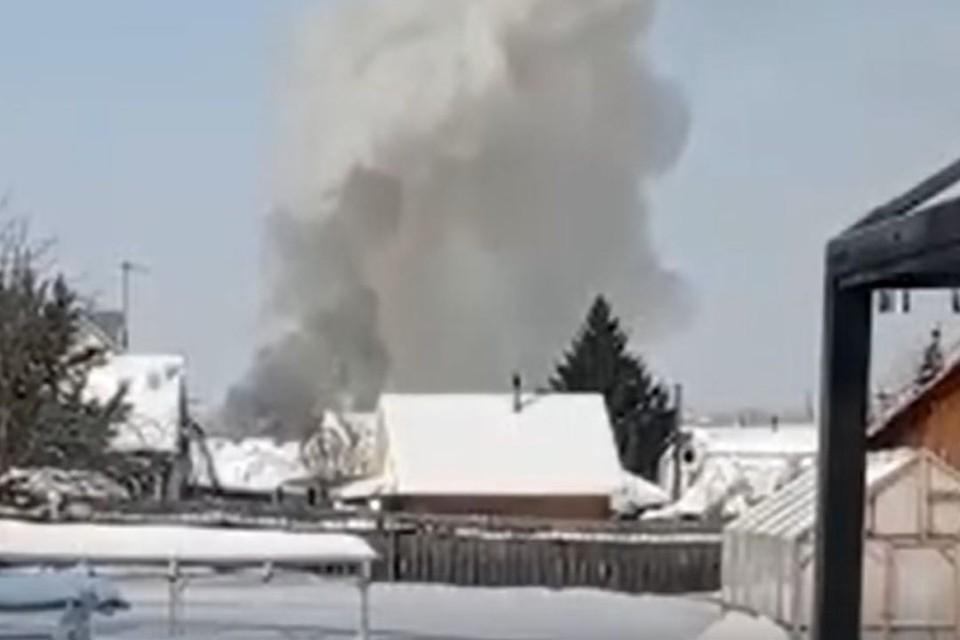 В Новосибирске горит два коттеджа. Фото: стоп-кадр