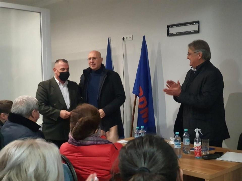 Павел Филип вручил партийные билеты новым членам партии. Источник: tribuna.md