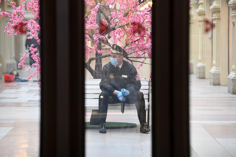 Охрана ГУМа не пропустила бедно одетого посетителя.