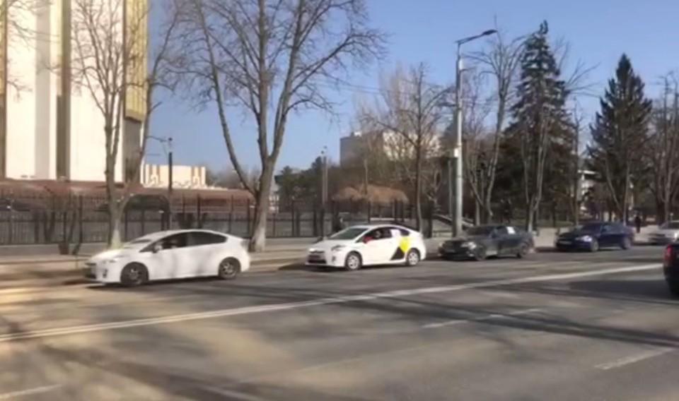 Десятки автовладельцев пикетировали здание, где располагается глава государства