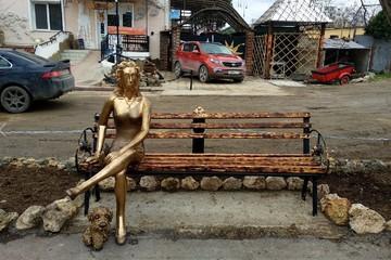 По стопам скандальной «Аленки»: Художник из Севастополя поставил в городе странный памятник