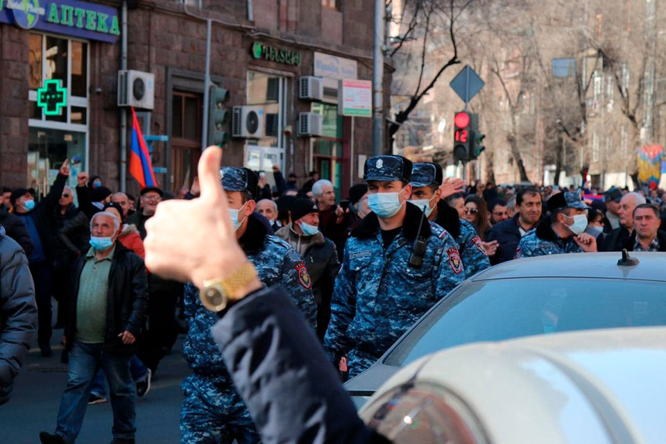Пашиняна свергают под шашлык и братание с полицией