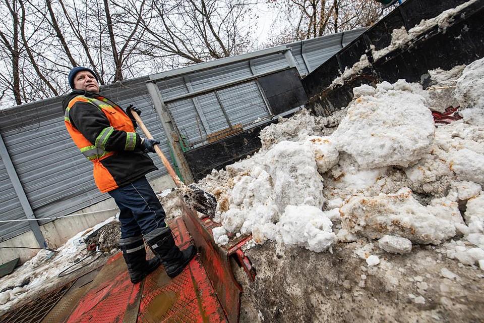Местным сотрудникам приходится помахать лопатами, чтобы механизм перемолол весь снег