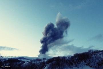 Курильский вулкан Эбеко выбросил столб пепла до 1,5 километра в высоту