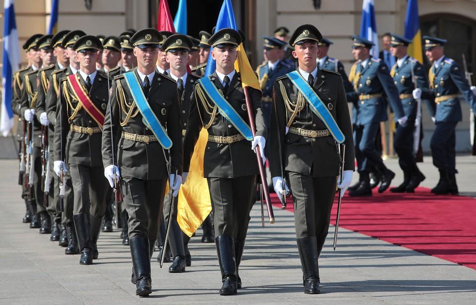 На Украине военнослужащие будут ходить новым строевым шагом.