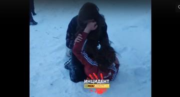 «Запинывай ее ногами!»: Жестокая драка омских школьниц попала на видео