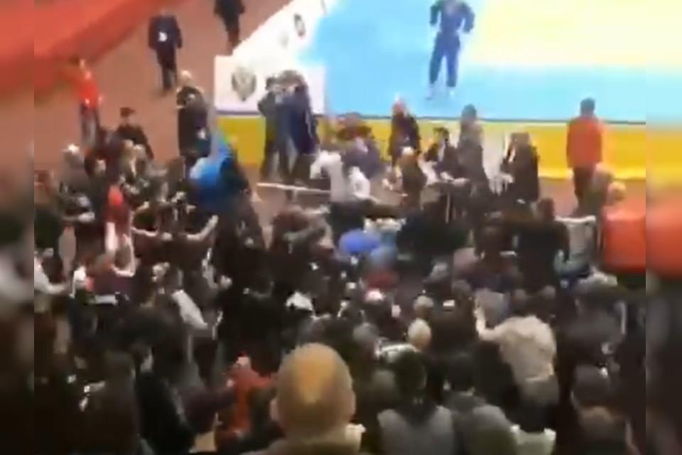 Момент драки попал на видео